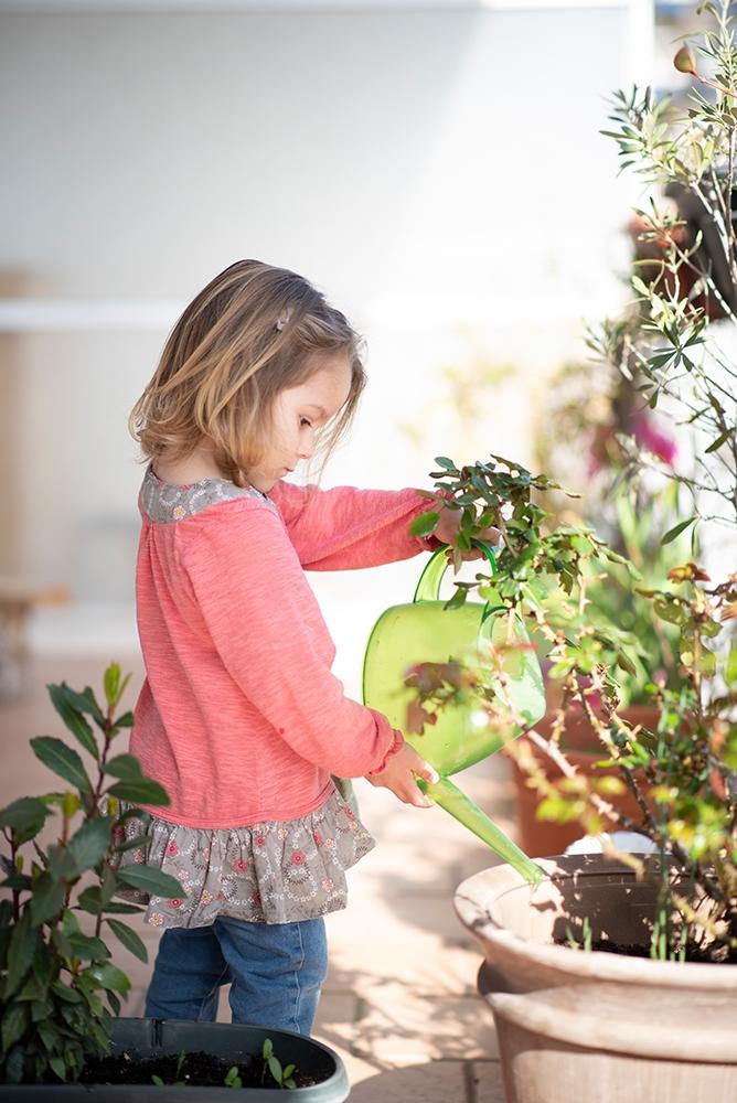 enfant arroser plantes photographe