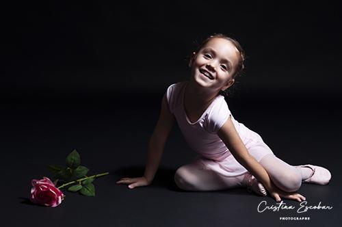 photo fille avec une rose fond noir